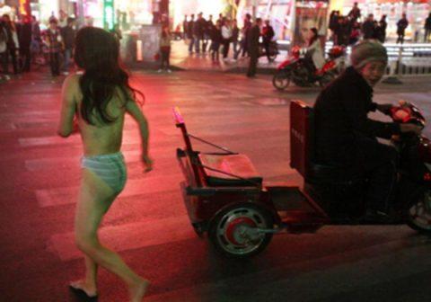 【露出狂】性への締め付けがキツイ中国で壊れてしまった女たち・・・(画像25枚)・8枚目