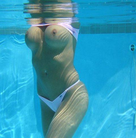 【神秘的】巨乳を水中で撮ったらこうなるwwwwwwwwwwww(画像23枚)・9枚目