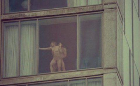 【盗撮】テンション上がって映画みたいに窓際セックスしちゃったバカップルたち・・・(画像20枚)・1枚目