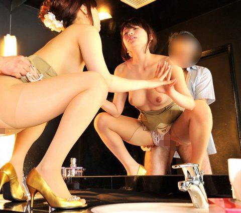 【有能】トイレで性接待するキャバ嬢たち・・・(画像27枚)・2枚目