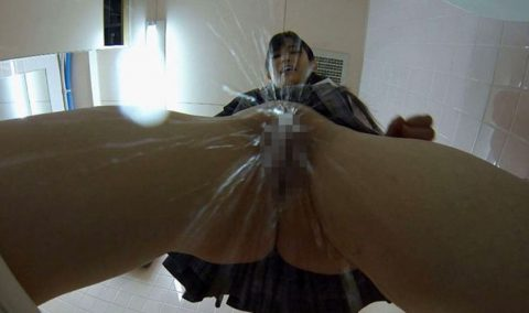 【画像26枚】女のオシッコシーンをローアングルから見て何が楽しいんや???(シコシコ…)・4枚目