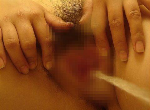 【画像26枚】女のオシッコシーンをローアングルから見て何が楽しいんや???(シコシコ…)・5枚目