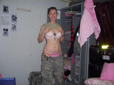 【これガチ?!】女兵士のおふざけエロ画像貼っていくwwwwwwwwwwwwww(28枚)・11枚目