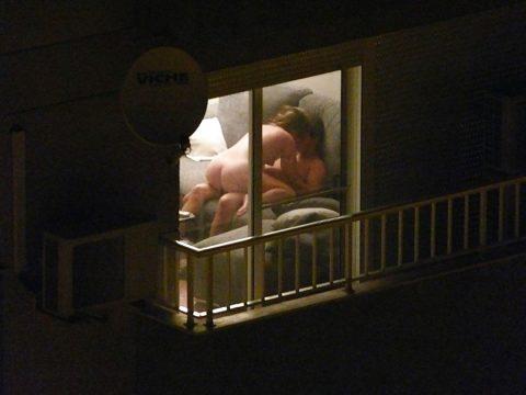 【盗撮】テンション上がって映画みたいに窓際セックスしちゃったバカップルたち・・・(画像20枚)・11枚目