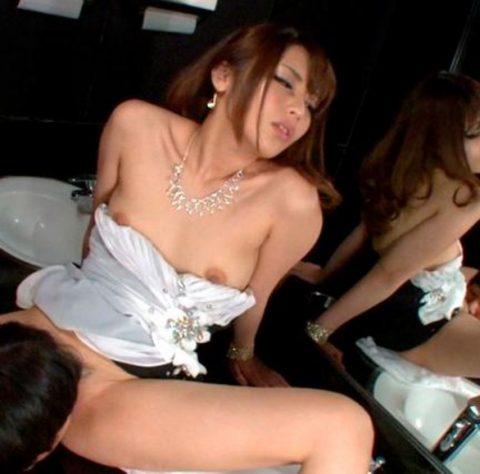 【有能】トイレで性接待するキャバ嬢たち・・・(画像27枚)・13枚目