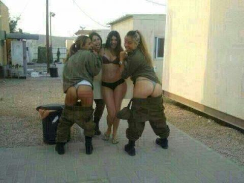 【これガチ?!】女兵士のおふざけエロ画像貼っていくwwwwwwwwwwwwww(28枚)・17枚目