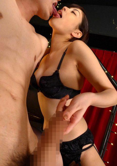 【ビッチ確定】キスしてたらついチンコに手がいってしまう女wwwwwwwwwww(画像26枚)・19枚目