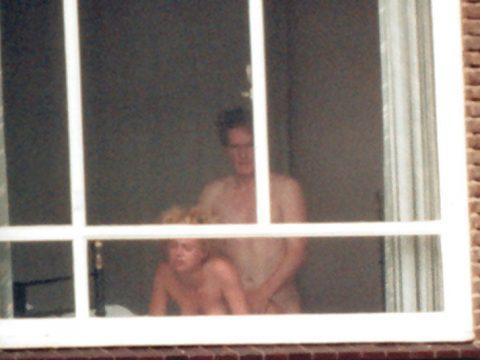 【盗撮】テンション上がって映画みたいに窓際セックスしちゃったバカップルたち・・・(画像20枚)・20枚目