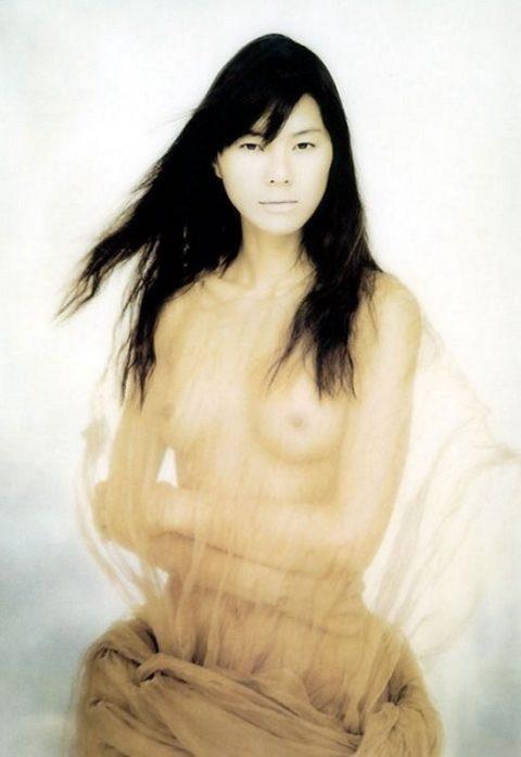 【乳首あり】芸能界を引退する江角マキコさんのパンチラ~ヌード画像集(26枚)・20枚目