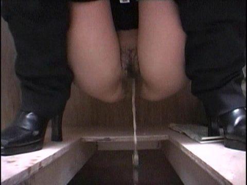 【画像26枚】女のオシッコシーンをローアングルから見て何が楽しいんや???(シコシコ…)・23枚目