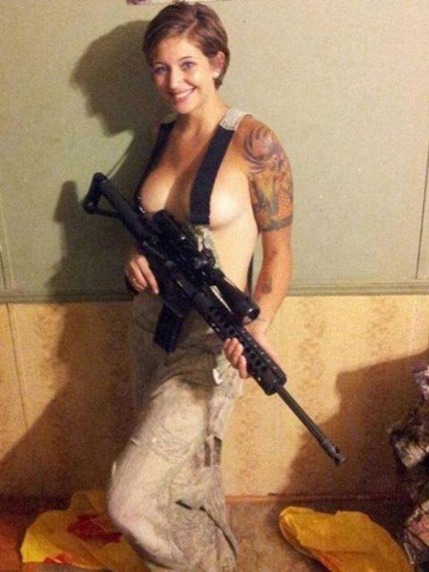 【これガチ?!】女兵士のおふざけエロ画像貼っていくwwwwwwwwwwwwww(28枚)・5枚目