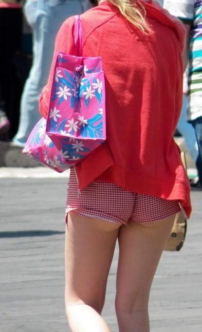【画像28枚】お尻が半分ハミ出してる海外女子のホットパンツ姿wwwwwwwwwwwww・8枚目
