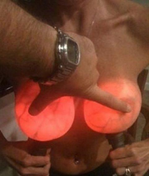 【画像23枚】偽乳を一発で見分けるライト有能すぎwwwwwwwwwwww・3枚目