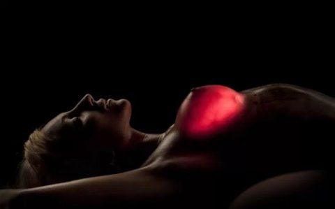 【画像23枚】偽乳を一発で見分けるライト有能すぎwwwwwwwwwwww・23枚目