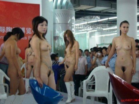 【画像25枚】中国モーターショーでコンパニオンのセクシー合戦の末路がこちら・・・