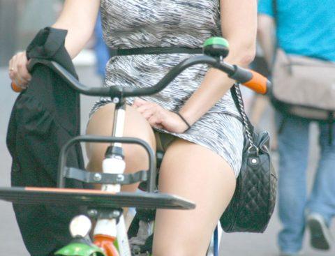 【画像あり】ミニスカで自転車に乗る女を露出狂認定するwwwwwwwwwww・1枚目