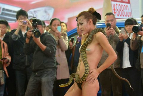 【画像25枚】中国モーターショーでコンパニオンのセクシー合戦の末路がこちら・・・・12枚目