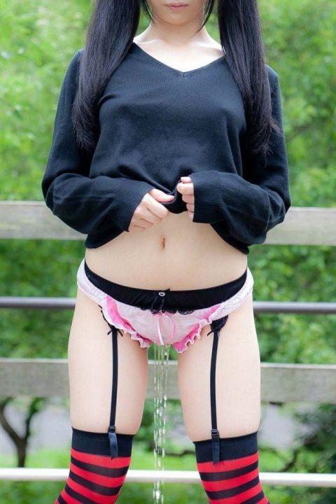 パンツ穿いたままお漏らししてる女の子を静止画で見るのもまた乙な件(26枚)・10枚目