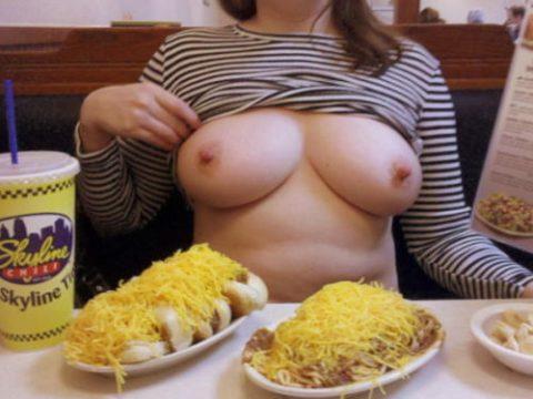 「食欲と性欲、どっちを満たす?」と言いたげな店内露出画像集(30枚)・1枚目