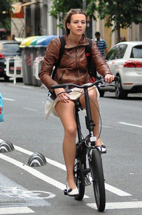 【画像あり】ミニスカで自転車に乗る女を露出狂認定するwwwwwwwwwww・13枚目
