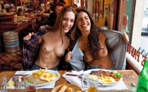 「食欲と性欲、どっちを満たす?」と言いたげな店内露出画像集(30枚)・14枚目