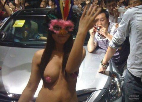 【画像25枚】中国モーターショーでコンパニオンのセクシー合戦の末路がこちら・・・・14枚目