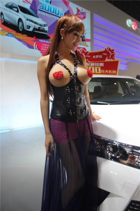 【画像25枚】中国モーターショーでコンパニオンのセクシー合戦の末路がこちら・・・・15枚目