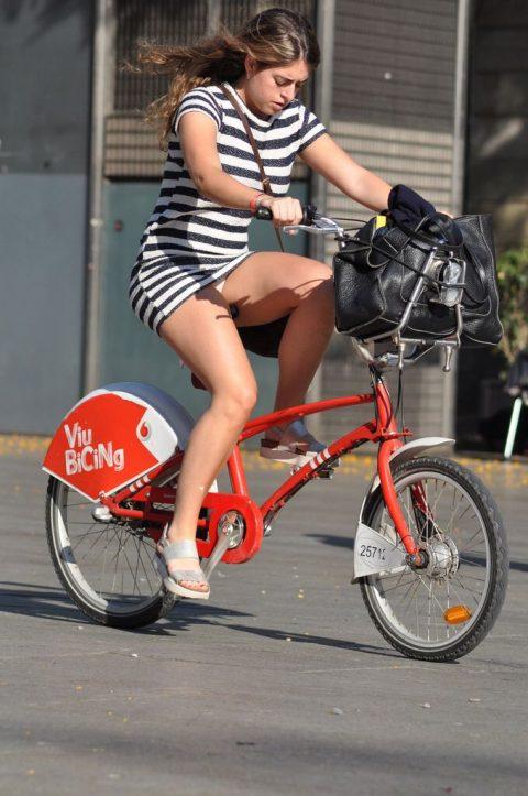 【画像あり】ミニスカで自転車に乗る女を露出狂認定するwwwwwwwwwww・16枚目