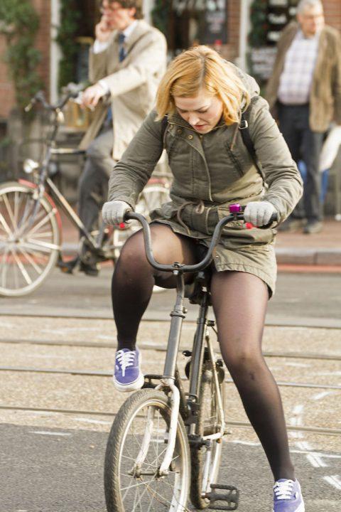 【画像あり】ミニスカで自転車に乗る女を露出狂認定するwwwwwwwwwww・17枚目