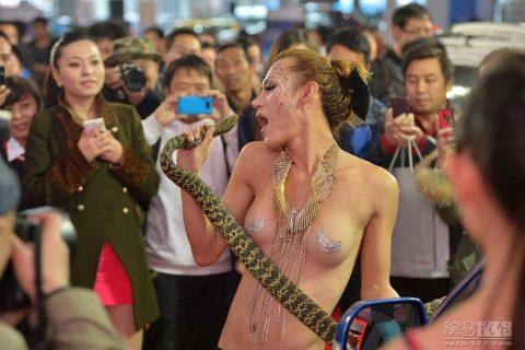 【画像25枚】中国モーターショーでコンパニオンのセクシー合戦の末路がこちら・・・・18枚目