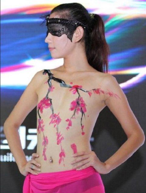 【画像25枚】中国モーターショーでコンパニオンのセクシー合戦の末路がこちら・・・・19枚目