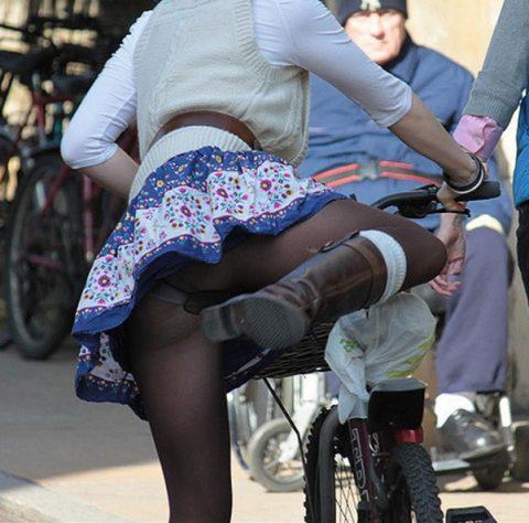 【画像あり】ミニスカで自転車に乗る女を露出狂認定するwwwwwwwwwww・2枚目