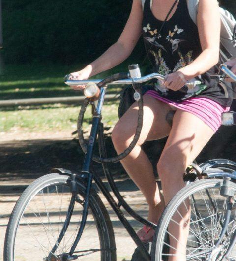 【画像あり】ミニスカで自転車に乗る女を露出狂認定するwwwwwwwwwww・20枚目