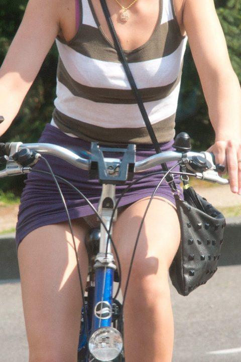 【画像あり】ミニスカで自転車に乗る女を露出狂認定するwwwwwwwwwww・21枚目