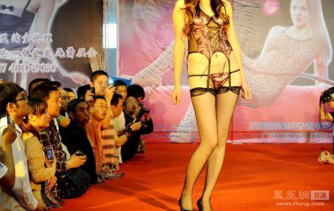 【驚愕】中国の下着ファッションショー、意図的にハミマンしてるとしか・・・(画像24枚)・23枚目