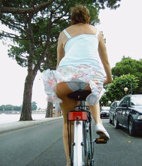 【画像あり】ミニスカで自転車に乗る女を露出狂認定するwwwwwwwwwww・23枚目