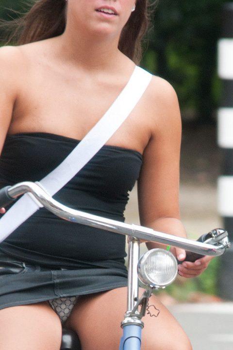 【画像あり】ミニスカで自転車に乗る女を露出狂認定するwwwwwwwwwww・25枚目