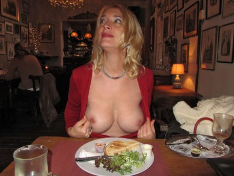 「食欲と性欲、どっちを満たす?」と言いたげな店内露出画像集(30枚)・29枚目