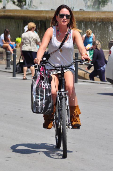 【画像あり】ミニスカで自転車に乗る女を露出狂認定するwwwwwwwwwww・3枚目