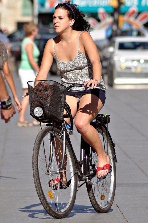 【画像あり】ミニスカで自転車に乗る女を露出狂認定するwwwwwwwwwww・28枚目