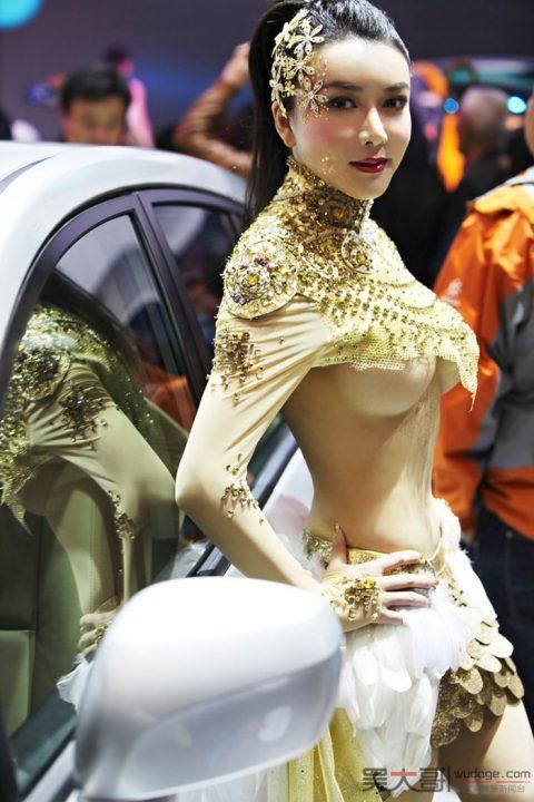 【画像25枚】中国モーターショーでコンパニオンのセクシー合戦の末路がこちら・・・・3枚目