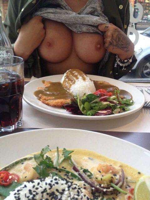 「食欲と性欲、どっちを満たす?」と言いたげな店内露出画像集(30枚)・4枚目