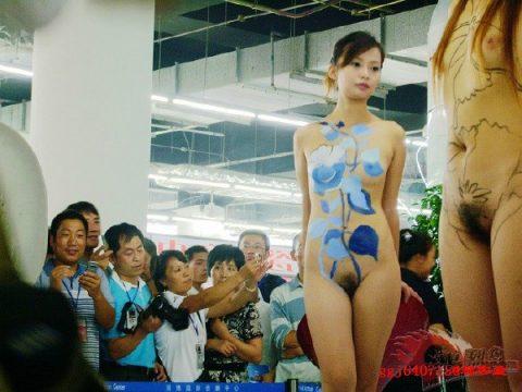 【画像25枚】中国モーターショーでコンパニオンのセクシー合戦の末路がこちら・・・・4枚目