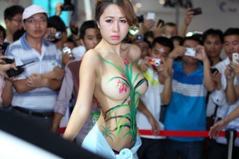 【画像25枚】中国モーターショーでコンパニオンのセクシー合戦の末路がこちら・・・・6枚目