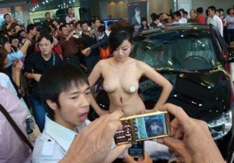 【画像25枚】中国モーターショーでコンパニオンのセクシー合戦の末路がこちら・・・・7枚目