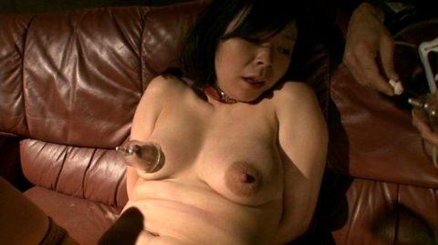 【乳しぼり】搾乳プレイされてる女の微妙な表情wwwwwwwwwwwwwww(画像あり)・9枚目