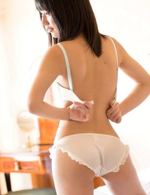 【チンピク度120%】背中を向けた女性がブラホックを外す瞬間wwwwwwwwwwww(画像30枚)・1枚目