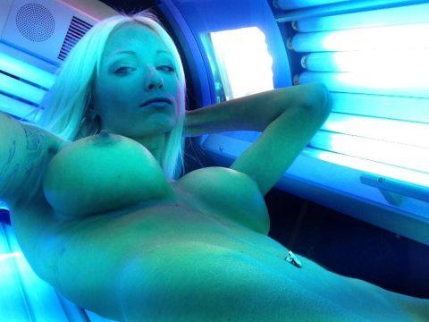 【画像27枚】日焼けマシンに入ってる女のコの様子を見てみたい奴ちょっとこいwwwwwwwwwwwwwwwww・12枚目