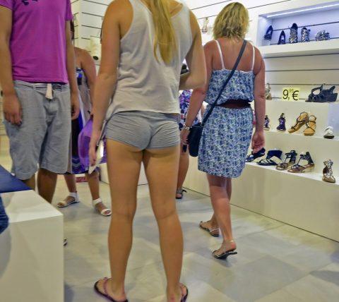 【半ケツ状態】ショートパンツを履いてる外人女性のエロさは異常wwwwwwwwwwww(画像30枚)・10枚目