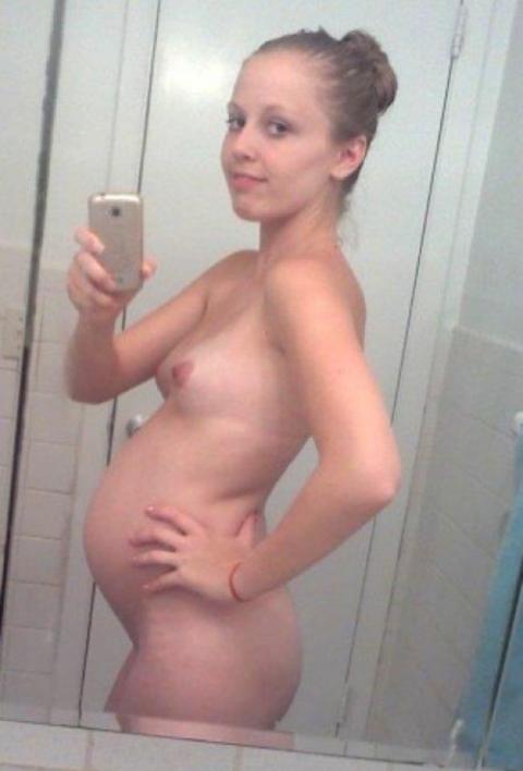 【謎】妊婦さん、自分の腹の大きさを確認するために全裸で自撮り→なぜ出回る?(画像26枚)・15枚目